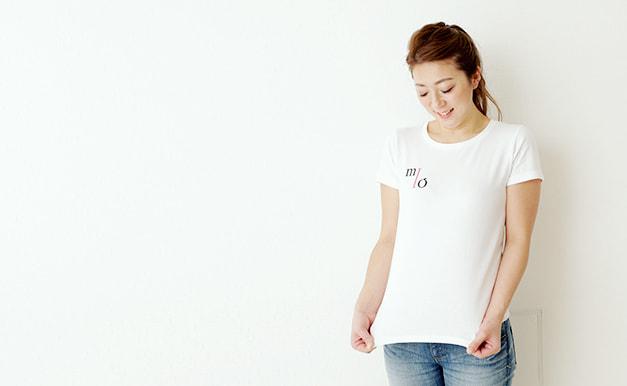 ブランドTシャツを着たMIO